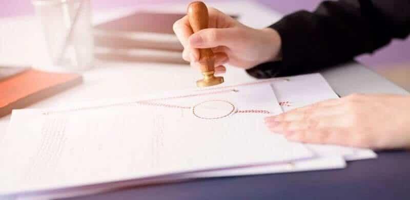 Các giấy tờ trong thủ tục làm hợp đồng mua bán xe cần được công chứng tại văn phòng công chứng hoặc UBND xã, phường,...