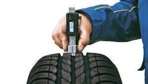 Sử dụng thiết bị đo độ sâu rãnh lốp