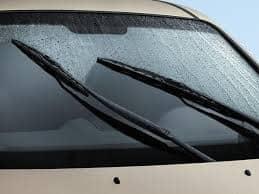 Nên chọn nước rửa kính ô tô chuyên dụng